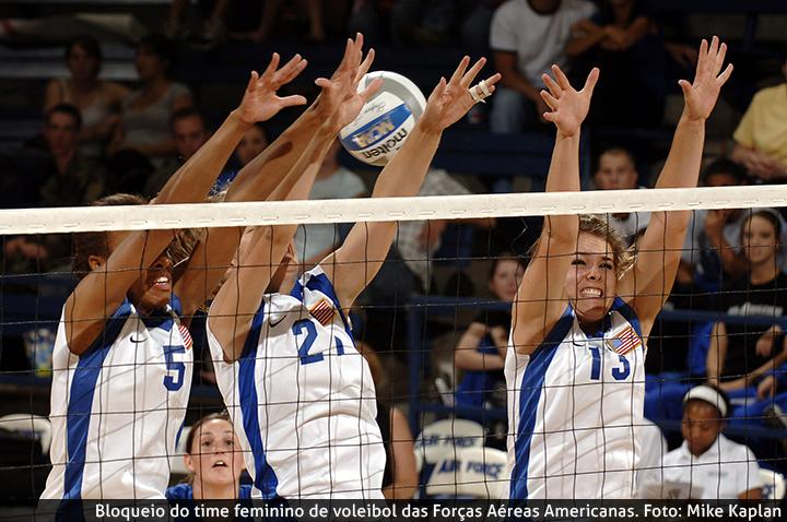 Bloqueio do time feminino de voleibol das Forças Aéreas Americanas